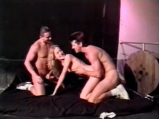 Cunt licking and cocksucking in bisexual threesome
